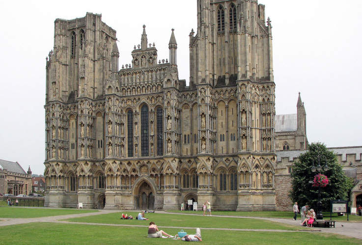 1280px-Wells.cathedral.front.arp